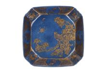 A powder-blue-ground and gilt Famille Verte square deep dish with rounded corners. The centre depicted in gilt with a king fisher amidst peonies and insects. The inner wall with reserves and trellis. The exterior decorated with Famille Verte trellis and reserves with flowers. Marked with seal mark Shuanshu. China, Kangxi. Dim. 23,5 x 23,5 x 4,3 cm.