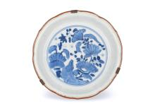 A blue and white porcelain bowl decorated with flowers. Unmarked. Japan, Arita, ca. 1700. Diam. 15 cm.