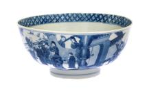 A blue and white porcelain bowl, decorated with dignitaries and in the centre playing little boys. Marked with 6-character mark Chenghua. China, Kangxi. Diam. 19,5 cm.