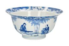 A blue and white porcelain 'klapmuts' bowl, decorated with figuers in a garden. Marked with 6-character Kangxi mark. China, Kangxi. H. 10 cm. Diam. 20 cm.