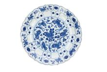 A blue and white porcelain dish with panels and floral decor. Marked with 6-character mark Yongzheng. China, Yongzheng. Diam. 20,5 cm.