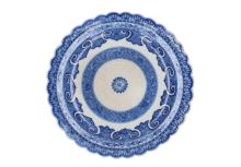 A blue and white porcelain dish with scalloped rim and floral decor. Unmarked. China, 18th century. Diam. 22 cm.