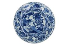 A blue and white 'kraak' porcelain charger, decorated with river landscape and birds. Unmarked. China, Wanli. Diam. 28,5 cm.