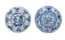 A lot of two blue and white 'kraak' porcelain dishes with floral decor and panels. Both unmarked. China, Wanli. Diam. 20 - 20,5 cm.