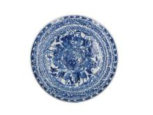 A blue and white porcelain dish decorated with several scenes with long Elizas. Marked with 4-character mark. China, 19th century. Diam. 24 cm.