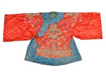 A silk robe decorated with flowers, phoenix and dragons. China, 19th century. L. ca. 95 cm.