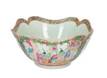 A square shaped polychrome porcelain bowl with rounded edges. Decorated with figures, flowers and birds. Unmarked. China, Canton, 19th century. H. 12 cm. Diam. 24 cm.