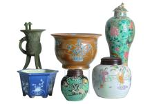A various lot including porcelain cachepots, lidded jars, and vase and an earthenware insence burner. Some with seal mark. All China, 20th century. H. 12,5 - 36 cm. Provenance: insence burner exhibited and on loan to the Leiden Museum of Ethnology.