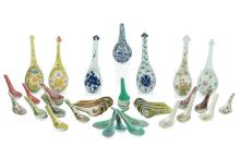 A lot of 60 polychrome porcelain spoons, some decorated with flowers. China, 20th century.