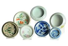 A lot of seven blue/white and polychrome brush washers, decorated with dragons, bats and flowers. Some marked. China, 20th century. Diam. 9 - 13,5 cm. Provenance: Some exhibited and on loan to the Leiden Museum of Ethnology.
