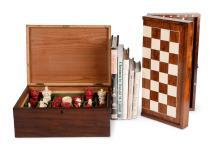 Een Chinees ivoren schaakspel met blanke en rode stukken in fijn snijwerk.