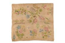 Zijde op linnen merklap met decor van o.a. bloemen. 18e eeuw. Afm. 45 x 50