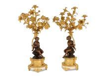 Een paar vijflichts vuurvergulde bronzen kandelabers. Frankrijk, 19e eeuw.