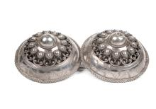 Zilveren bolle broekstukken. Zuid-Beveland, 19e eeuw. Diam. 7,5 cm.
