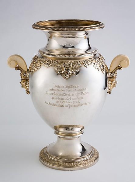 Prächtige Vase im klassizistischen Stil.