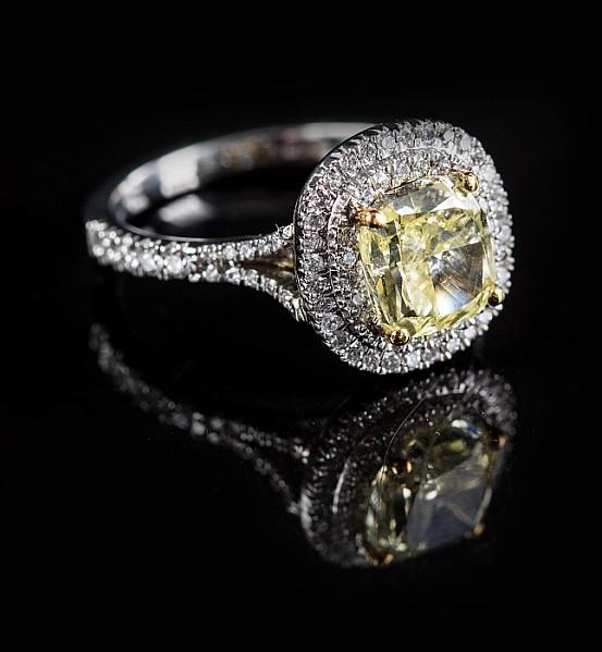 Platinring mit intensiv leuchtend gelbem Diamant.