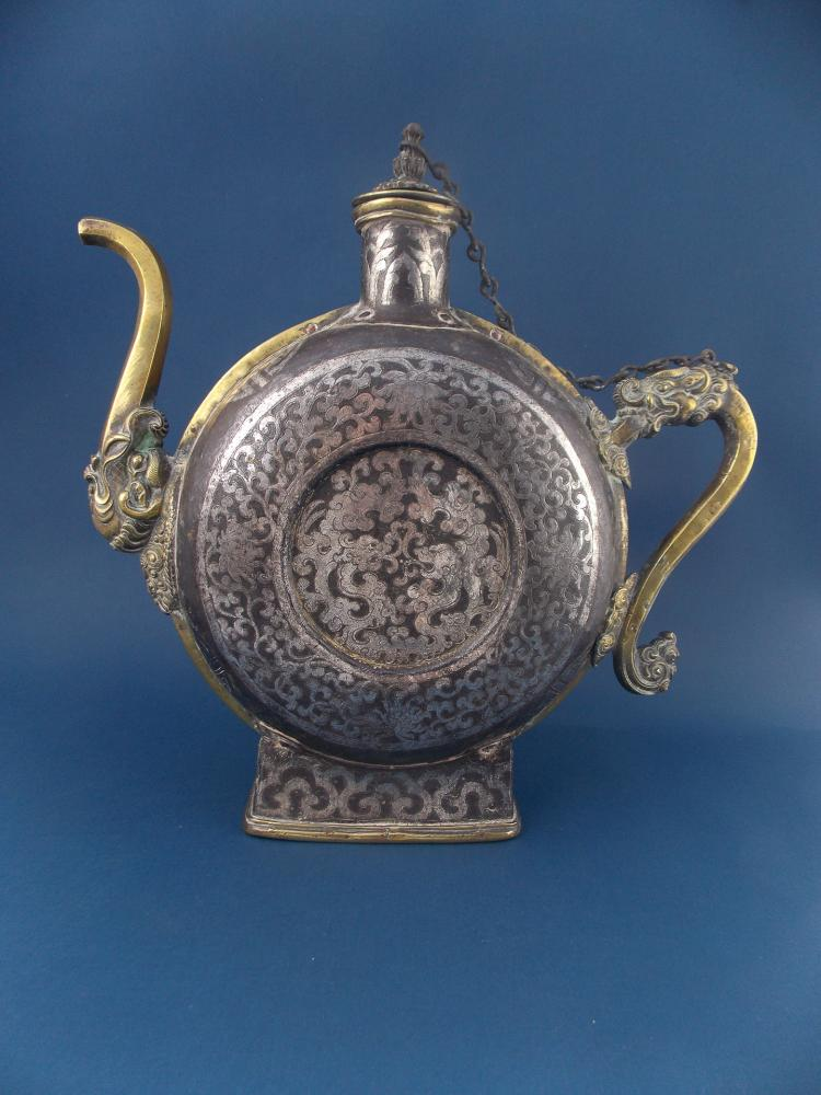 AN ANTIQUE CHINESE METAL AND BRONZE EWER