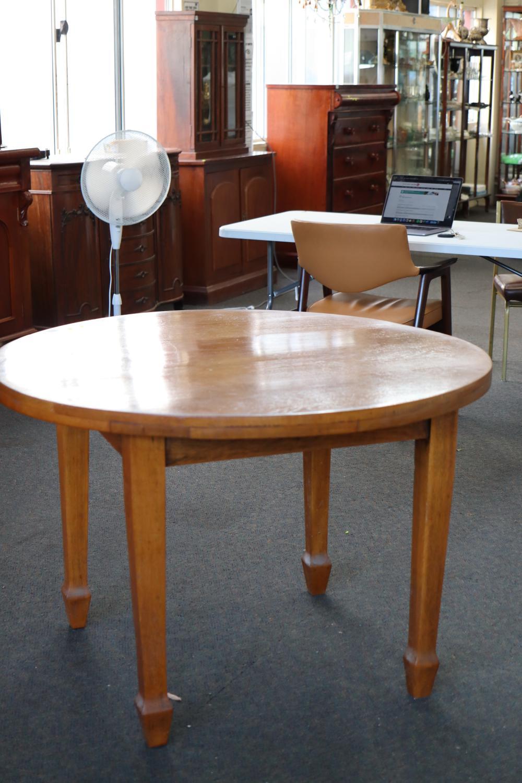 SMALL ROUND OAK BREAKFAST TABLE