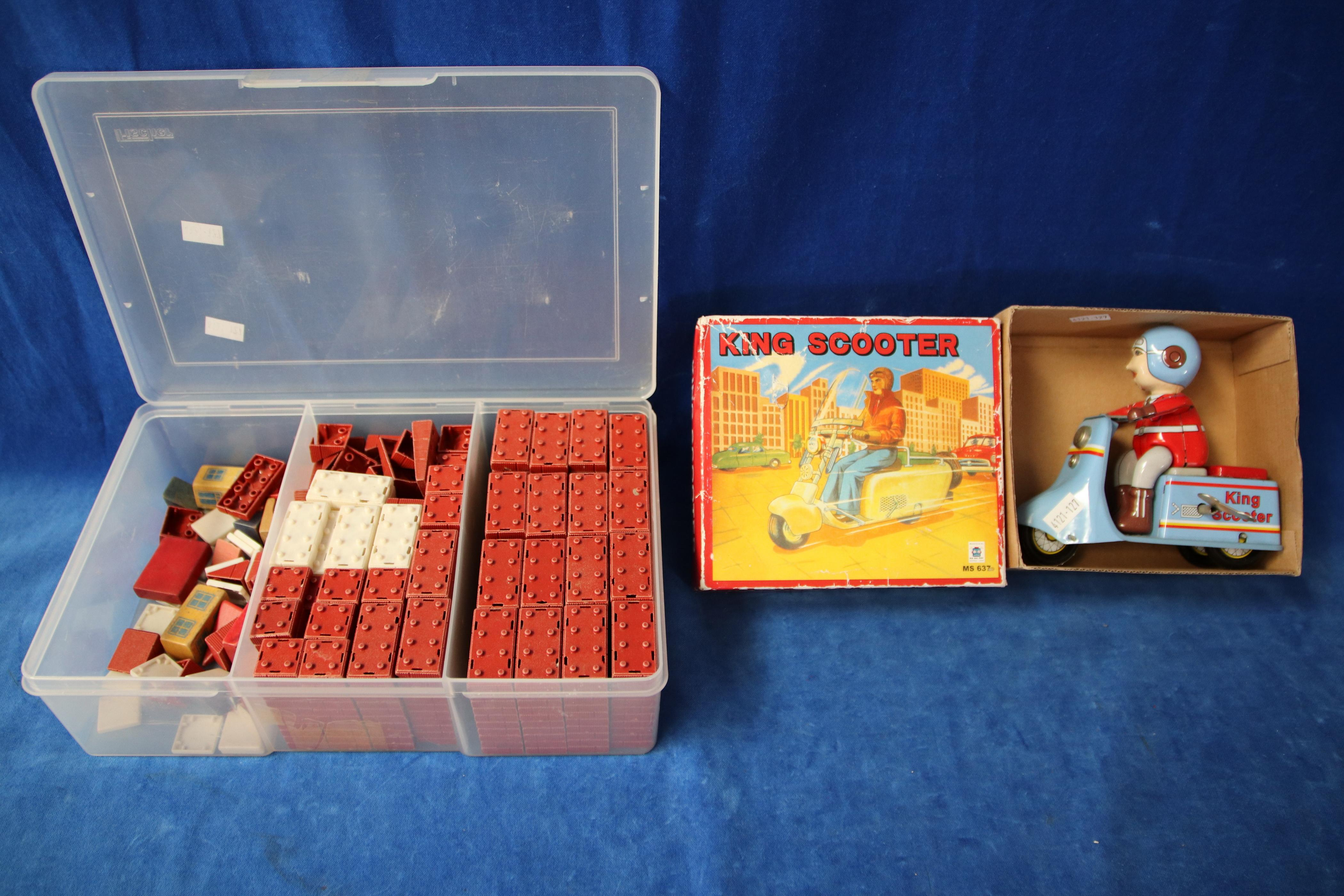 REPRODUCTION KING SCOOTER TIN TOY & SELECTION OF 1950'S BUILD A BLOCK SET (585,580)
