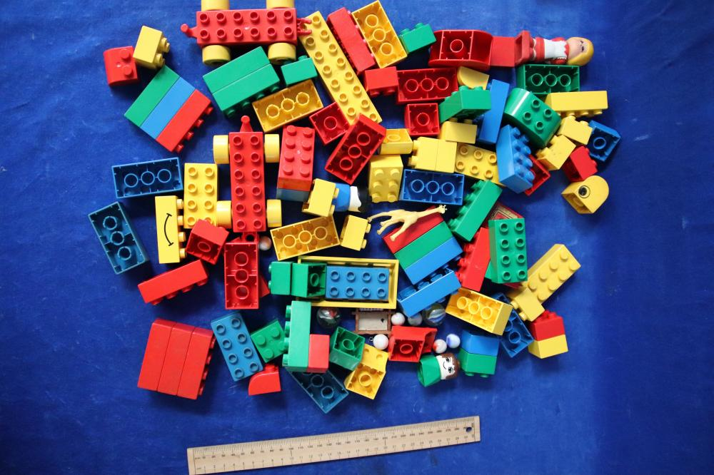 140 PIECES OF MISC LEGO