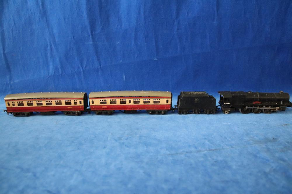 TRIANG RIX PASSENGER TRAIN OO GAUGE ELECTRIC SCALE MODEL SET AS FOUND(584)