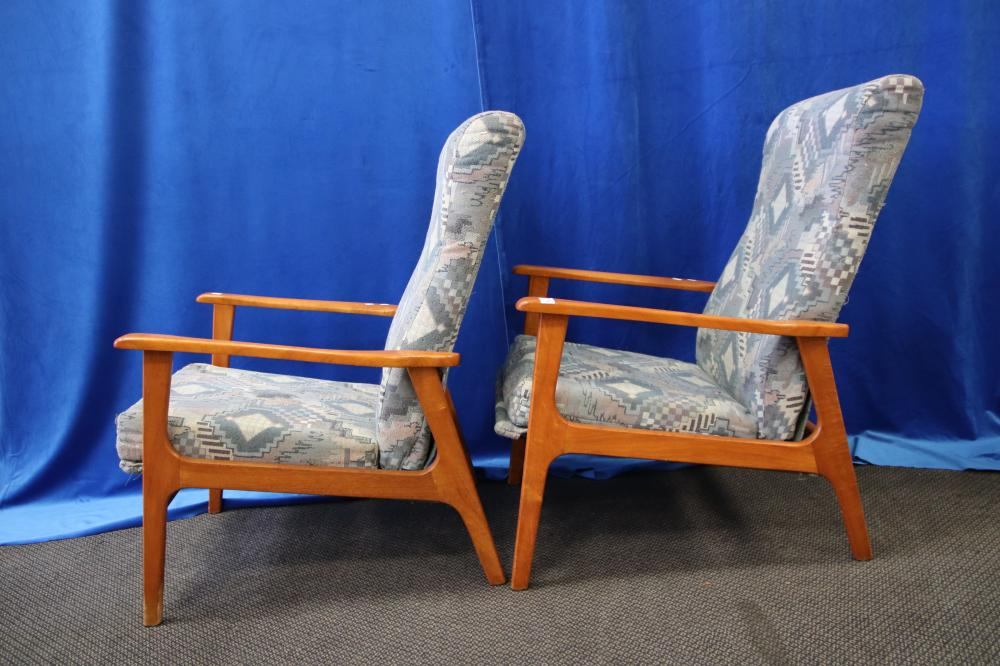 2 RETRO SITTING CHAIRS