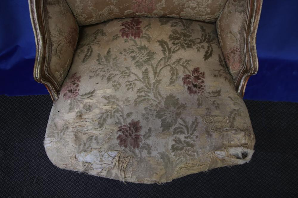 LOUIS XV STYLE GOLD FRENCH BEDROOM/SLIPPER CHAIR, HAND CARVED WOODEN FRAME, FABRIC UPHOLSTERY (POOR CONDITION), CIRCA 1910'S