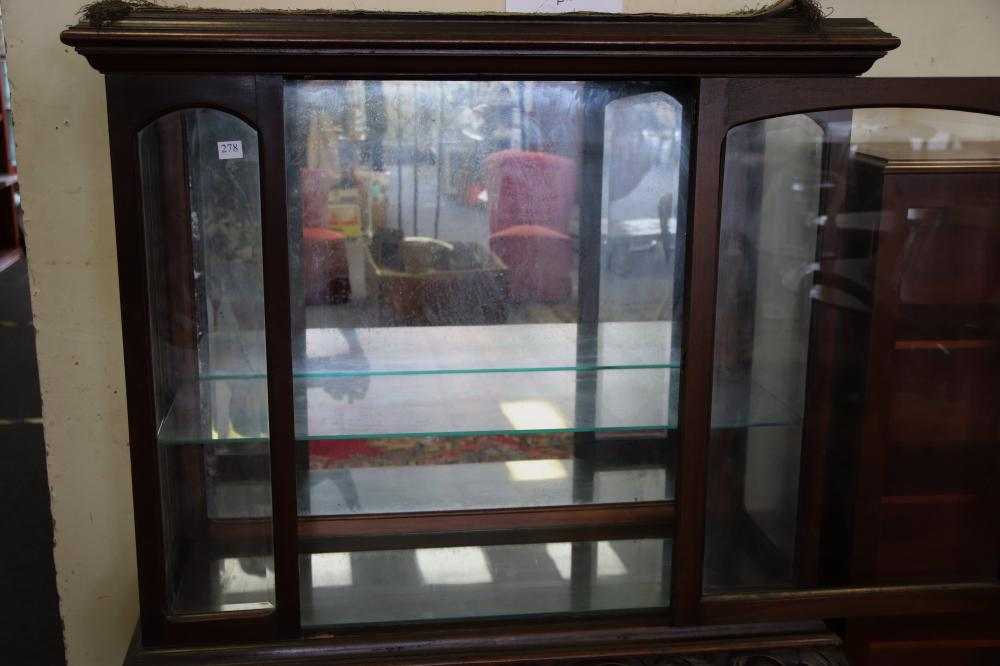 CHIPPENDALE STYLE MIRROR BACK DISPLAY CABINET, 2 GLASS SHELVES, SINGLE DOOR, HEAVILY CARVED BASE, CIRCA 1930'S, MEASURES 117CM W X 150CM H X 45CM D