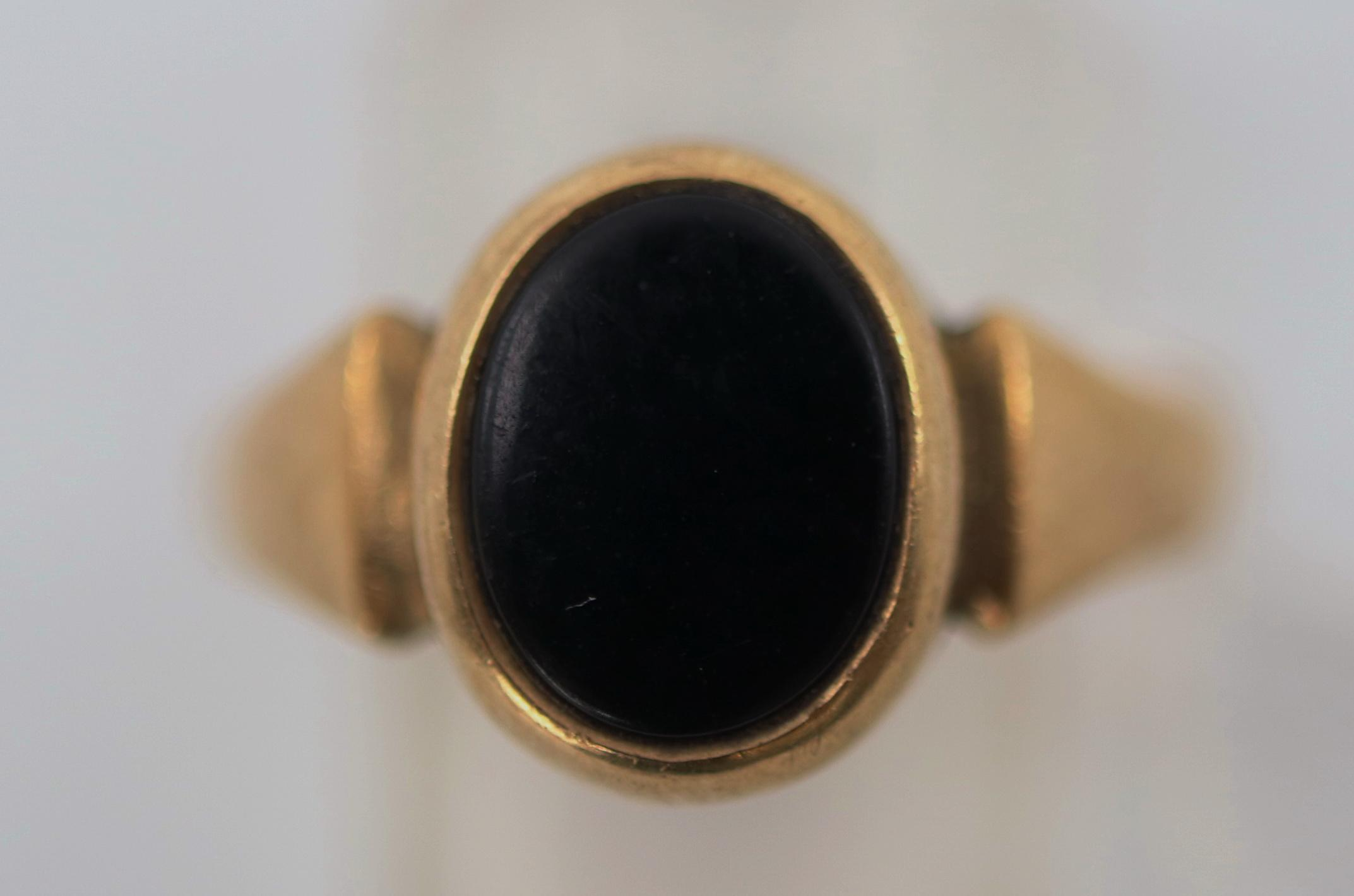 9CT AND BLACK ONYX RING SIZE O, 3.2 GRAMS TOTAL WEIGHT