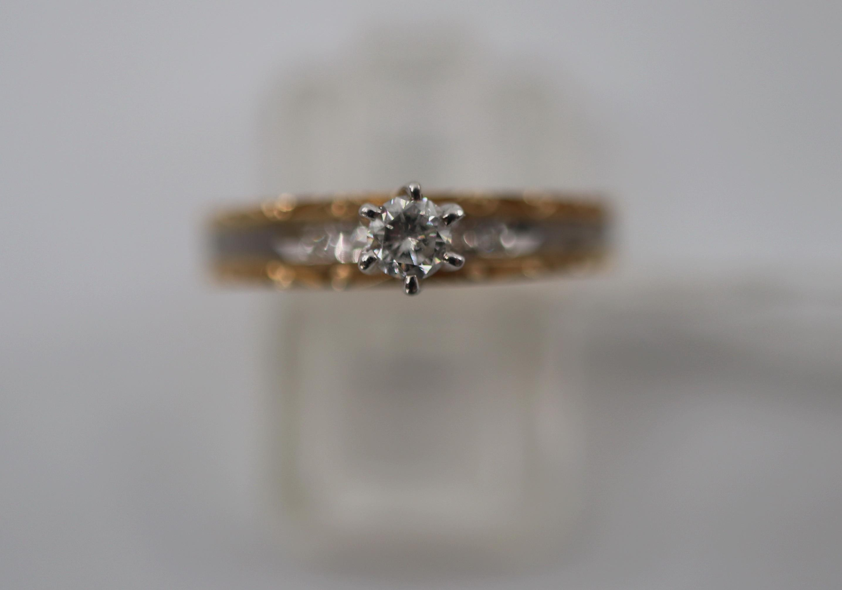 14CT YELLOW GOLD AND DIAMOND RING, 25 POINT CENTRE STONE, 2.3 GRAMS, SIZE M