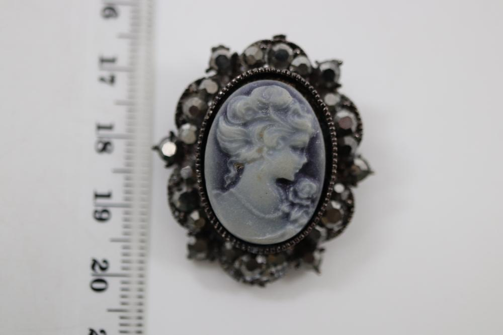 QTY OF COSTUME JEWELLERY INCL PENDANTS, BROOCHES ETC