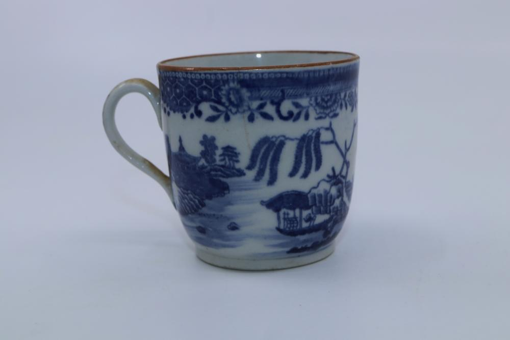 19TH CENTURY CROWN DERBY TEA CUP AND SAUCER, IMAGE OF BORTHURELL CASTLE TO CUP AND 2 X 19TH CENTURY HAND PAINTED WILLOW PATTERN SAUCERS AND PORCELAIN TEA CUP (HAIRLINE CRACK)