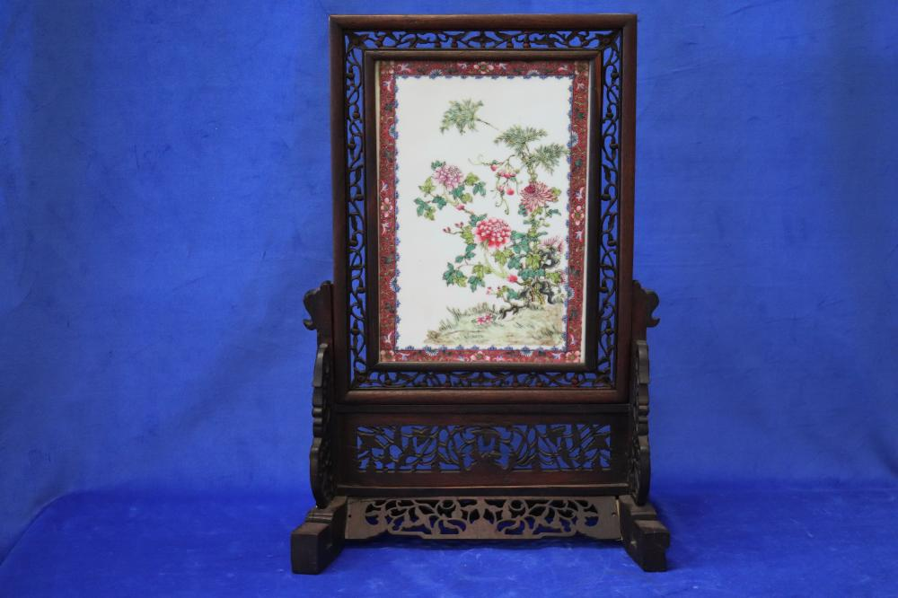19TH CENTURY CHINESE TABLE SCREEN ON STAND, FAMILLE ROSE HAND PAINTED ENAMELLED PORCELAIN PLAQUE, ON WOODEN FRETWORK STAND, SCREEN PANEL 23CM W X 33CM H