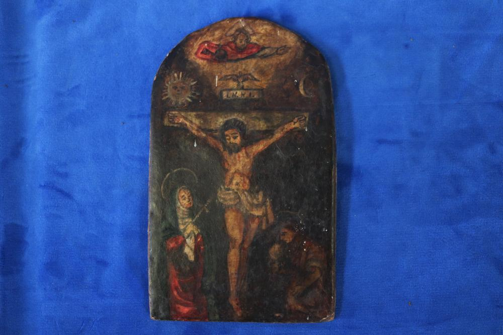 SMALL CUZCO SCHOOL CARVED AND GOLD PAINTED SHRINE, 12TH STATION OF THE CROSS, WITH VIRGIN MARY AND ST JOHN, 10 X 18CM