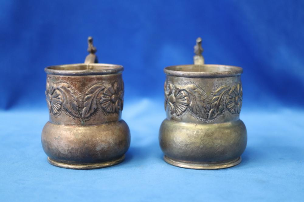 SELECTION OF BRASS WARE INC 2 LARVE CHASED URNS (ONE HANDLE BROKEN) AND 6 CHASED MUGS
