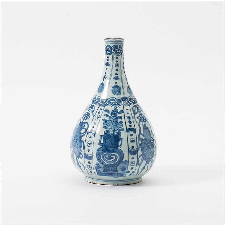 A pear-shaped 'kraak' porcelain vase