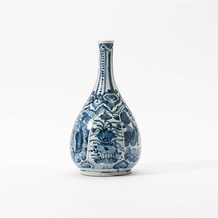 A pear-shaped blue and white Swatow vase