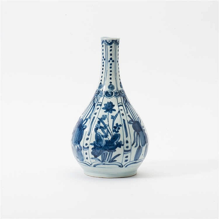 A pear-shaped 'kraak' porcelain bottle