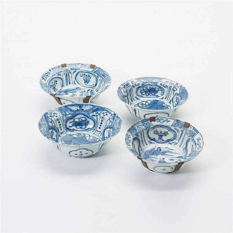 Four 'kraak' porcelain 'klapmuts' bowls