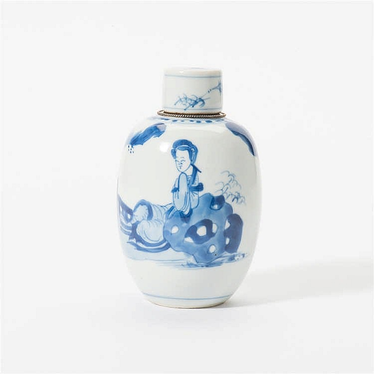 An egg-shaped blue and white tea caddy with stopper