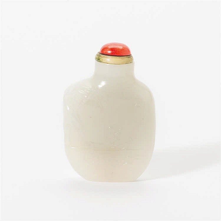 A flat white jade snuff bottle with  stopper