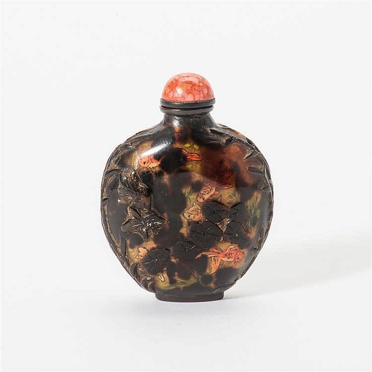 A flat tortoiseshell snuff bottle with stopper