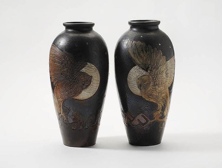 Een paar grote, conische aardewerk vazen door