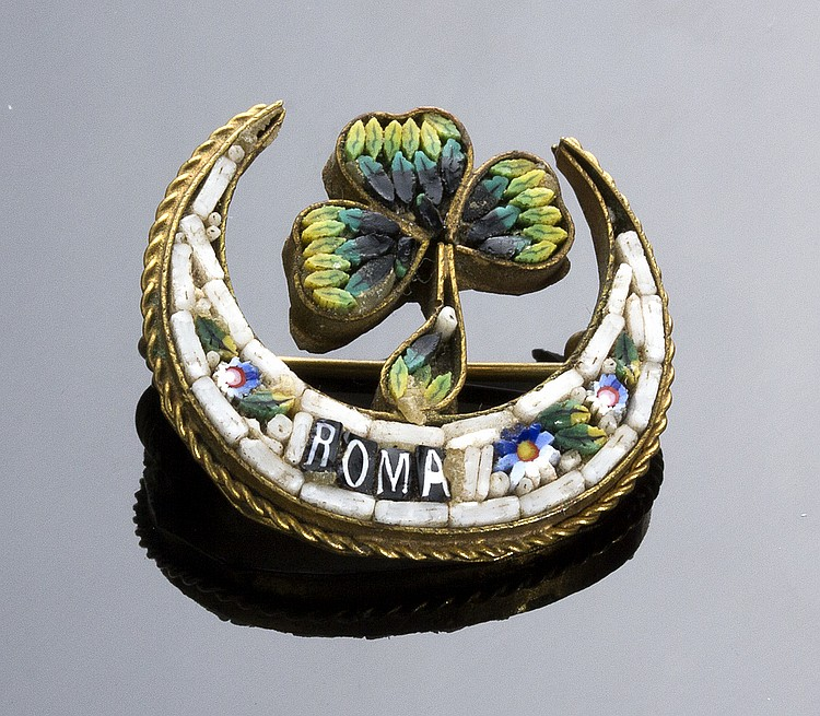ART NOUVEAU GILDED METAL BROOCH SET WITH A MICROMOSAIC DEPICTING A CLOVER AND WITH THE INSCRIPTION ROME - ITALY, EARLY 20TH CENTURY