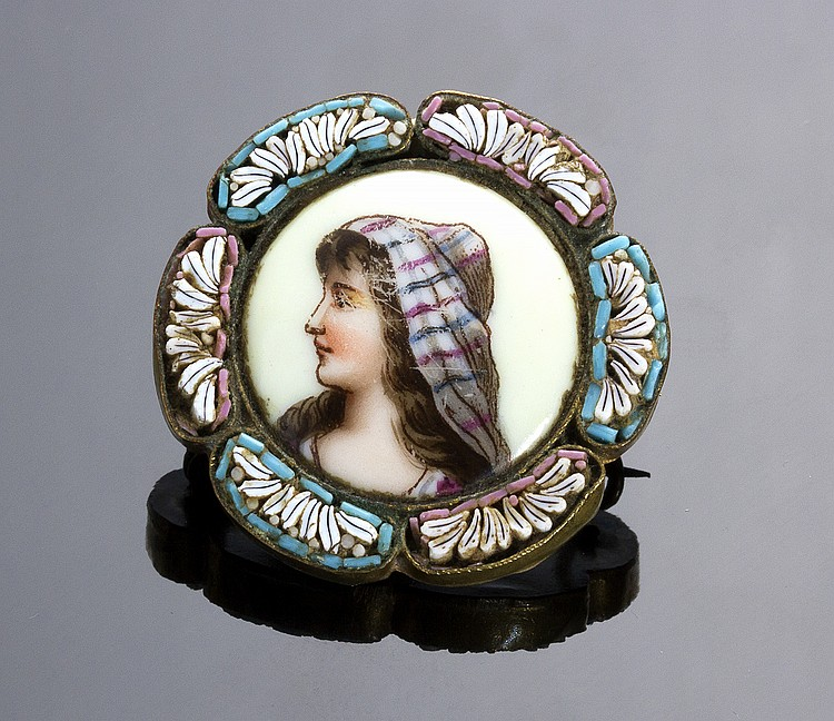 ART NOUVEAU MICROMOSAIC BROOCH WITH GILDED METAL MOUNTING, SET WITH A HAND PAINTED PORCELAIN MINIATURE DEPICTING A LADY - ITALY, EARLY 20TH CENTURY