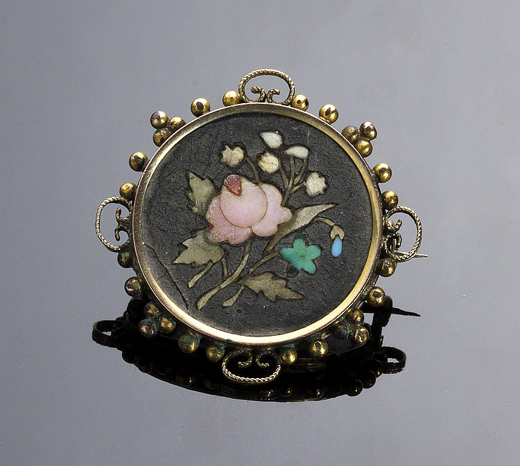 ANTIQUE NOUVEAU GILDED METAL BROOCH SET WITH A PIETRA DURA PLAQUE DEPICTING FLOWERS - ITALY, EARLY 20TH CENTURY.