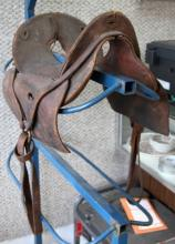 ANTIQUE MCCLELLAN LEATHER SADDLE W WOODEN STIRRUP