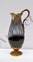 Aiguière en grès flammé, la monture en bronze ciselé.  Vers 1900 (Petit éclat).  H.  33,5 cm
