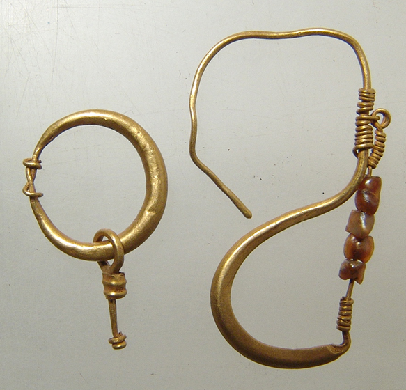 A lot of 2 Roman gold earrings, 1st – 2nd Century AD