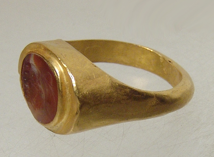 Roman gold ring with carnelian ring stone depicting man